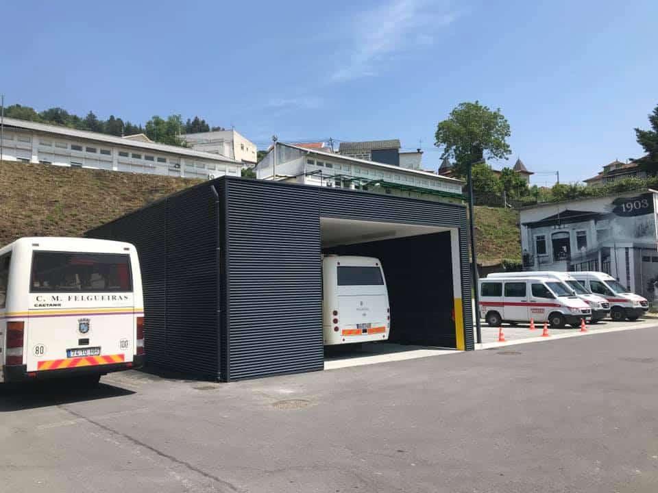 Bombeiros de Felgueiras desinfetam carrinhas e autocarros de transporte de alunos