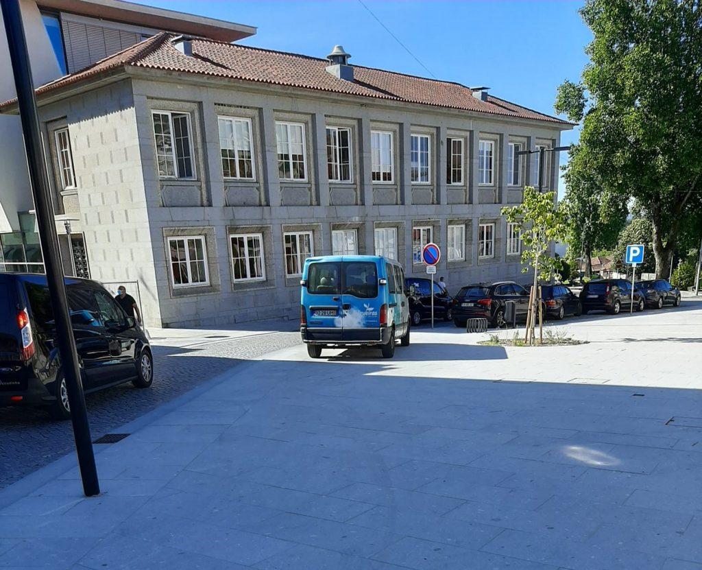 Até as viaturas da Câmara estacionam em cima dos passeios!